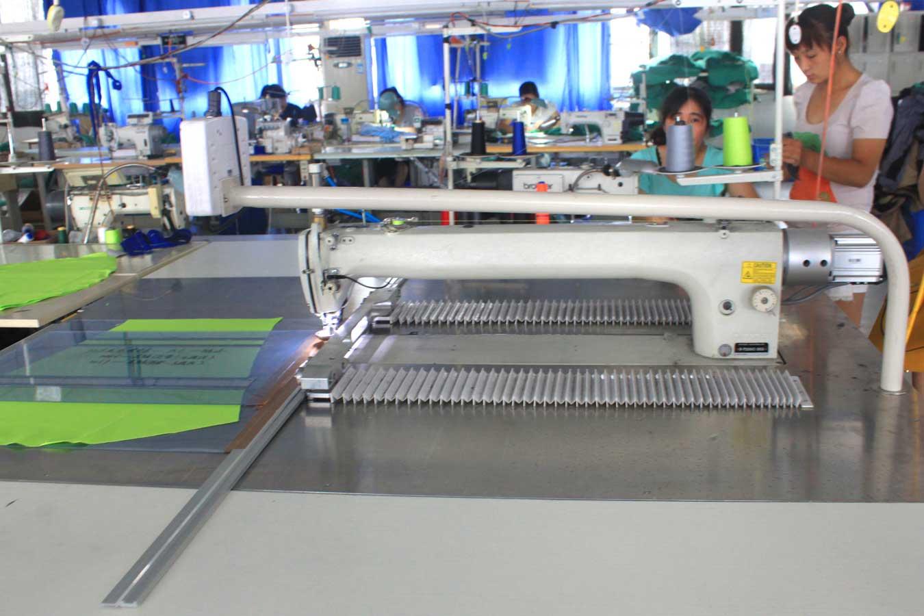 Автоматизированная швейная машина для шитья по шаблону.